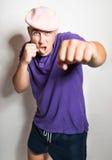 Пунш с сжатым кулаком красивого молодого человека стоковое изображение rf