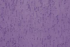 Пурпурная штукатурка с выбитым фоном на бетонной стене Абстрактная фиолетовая картина на ребристой стене Покрашенное violaceous т стоковое изображение
