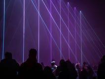 Пурпурные лазерные лучи в темной комнате стоковые фотографии rf