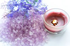Пурпурный спа ароматерапии лаванды с солью и обработка для тела ногтя Тайский курорт ослабляет массаж r стоковые фото