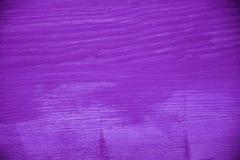 пурпуровая древесина текстуры Фиолетовая деревянная предпосылка Взгляд крупного плана фиолетовых деревянных текстуры и предпосылк Стоковая Фотография RF