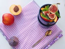 Пурпуровая предпосылка еда принципиальной схемы здоровая Фруктовый салат с свежими фруктами скопируйте космос для вашего текста С стоковое изображение