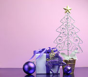 Пурпуровые украшения подарка и bauble Кристмас темы с космосом экземпляра Стоковые Изображения