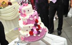Пурпуровый торт венчания стоковая фотография