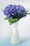 Пурпуровый hydrangea в белой вазе Стоковые Изображения RF