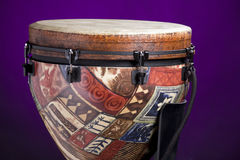 пурпур африканского барабанчика djembe латинский Стоковая Фотография RF