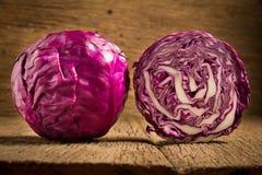 пурпур капусты на деревянном Кухня Утро ломтик половинно стоковые изображения rf