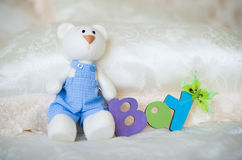 Пурпур связал носки младенца с надписью ребенка и зайца игрушки Стоковое Изображение RF