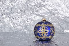 Пурпур с игрушкой o рождественской елки картин серебра красивой стеклянной Стоковое Изображение