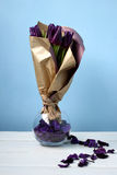 Пурпур тюльпанов: поздравления, день ` s женщин 8-ое марта международный, день ` s валентинки 14-ое февраля, праздник Стоковое Изображение RF