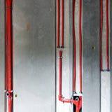пускает красную воду по трубам стоковое изображение rf