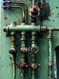пускает ржавые клапаны по трубам Стоковые Фотографии RF