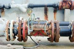 пускает ржавые клапаны по трубам Стоковая Фотография RF