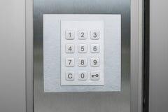 Пусковая площадка номера на двери - пронумеруйте крупный план кнопочной панели Стоковая Фотография RF