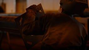 Пусковая площадка отделанного сварного шва инженера заварки вид сзади сток-видео