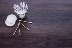 Пусковые площадки хлопка и бутоны хлопка на предпосылке стоковое изображение rf