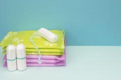 Пусковые площадки и тампон хлопка менструации санитарные для предохранения от гигиены женщины Мягкая нежная защита на дни женщины Стоковые Изображения RF