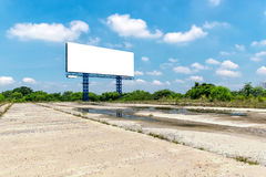 Пустая афиша на яркий голубой день готовый для новых advertisemen Стоковое Изображение
