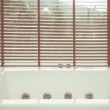 Пустая белая ванна джакузи стоковая фотография rf