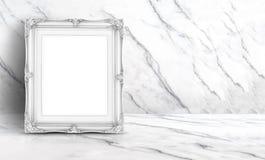 Пустая белая винтажная рамка на белых чистых мраморных стене и поле b Стоковые Изображения RF