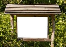 Пустая белая доска в лесе для информации, знака для рекламы Стоковое Изображение RF