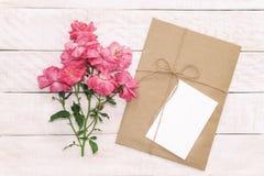 Пустая белая поздравительная открытка с коричневым цветом охватывает в бумаге ремесла и Стоковые Изображения RF
