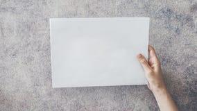 пустая белизна бумаги удерживания руки Стоковые Изображения
