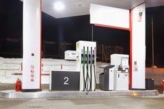 Пустая бензозаправочная колонка с освещением и оружи на зиме Стоковая Фотография RF