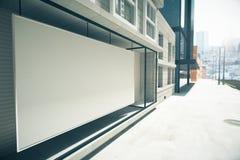 Пустая белая афиши витрина вместо на здании иллюстрация вектора