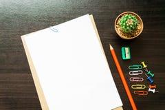 Пустая белая бумага и покрашенный карандаш Стоковое Фото