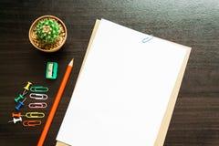 Пустая белая бумага и покрашенный карандаш Стоковая Фотография