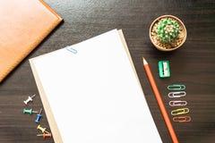 Пустая белая бумага и покрашенный карандаш Стоковые Фотографии RF