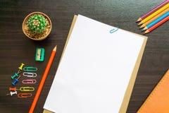 Пустая белая бумага и покрашенный карандаш Стоковое Изображение