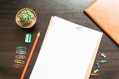 Пустая белая бумага и покрашенный карандаш Стоковые Изображения RF