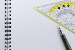 Пустая белая бумага Wirebound тетради с механически карандашем и установленным квадратом Стоковые Изображения