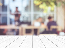 Пустая белая деревянная перспектива, столешница, над группой в составе нерезкости peopl Стоковая Фотография RF