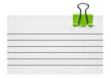 Пустая белая карточка с зеленым зажимом на белизне Стоковое Изображение