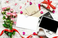 Пустая белая поздравительная открытка приветствию и пустая рамка фото Стоковые Изображения