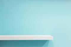 Пустая белая полка магазина, розничная полка на голубой винтажной предпосылке стоковое изображение rf