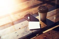 Пустая белая предпосылка модель-макета визитной карточки Таблица Smartphone высокая текстурированная деревянная принимает отсутст Стоковое Изображение