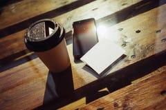Пустая белая предпосылка модель-макета визитной карточки Таблица Smartphone высокая текстурированная деревянная принимает отсутст Стоковые Изображения RF