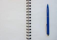 Пустая белая тетрадь и голубая ручка Стоковое Изображение RF