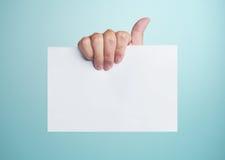 пустая белизна бумаги удерживания руки Стоковое Изображение