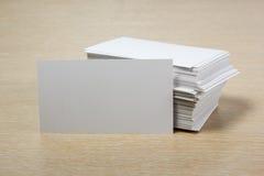 пустая белизна визитной карточки Стол таблицы офиса с комплектом красочных поставек, чашкой, ручкой, карандашами, цветком, примеч Стоковое Изображение RF