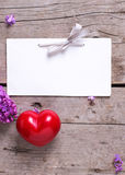 Пустая бирка, 2 красных сердца и свежей фиолетовой сирень цветут на времени Стоковые Изображения