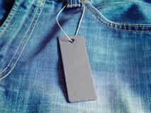 Пустая бирка ярлыка модель-макета на одеждах Стоковое Фото