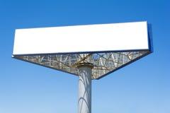 Пустая большая афиша над предпосылкой голубого неба, положила ваш текст здесь стоковая фотография rf