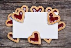 Пустая бумага с много печений сердца на деревенской таблице Стоковое Изображение