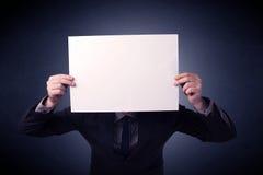 пустая бумага удерживания бизнесмена Стоковое Изображение