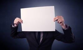 пустая бумага удерживания бизнесмена Стоковые Фотографии RF